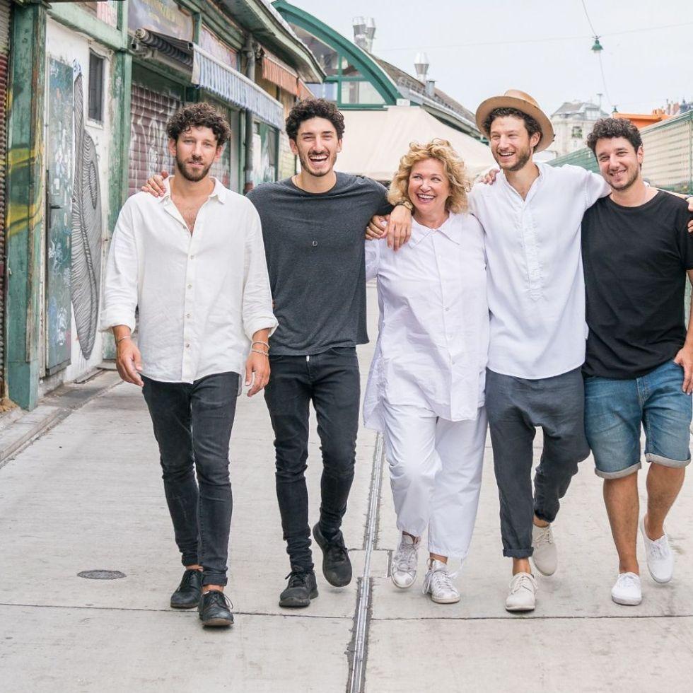 Happy Family: Haya Molch und ihre Söhne – Neni